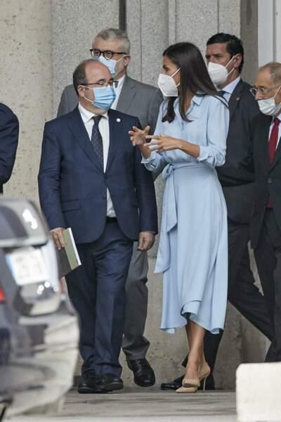 """Dans cette tenue aussi bien décontractée que chic, la reine Letizia d'Espagne a capté tous les flashs des photographes lors de son arrivée au Musée du Prado pour le vernissage de l'exposition """"Quarante ans d'amitié. Dons de la Fondation du musée des amis du Prado"""", à Madrid, le 13 septembre 2021."""