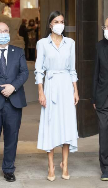 La reine Letizia d'Espagne a rivalisé d'élégance dans une robe chemise bleu layette pour assister au vernissage de l'exposition, à l'occasion des 40 ans de la Fondation des amis du Prado, à Madrid, le 13 septembre 2021.