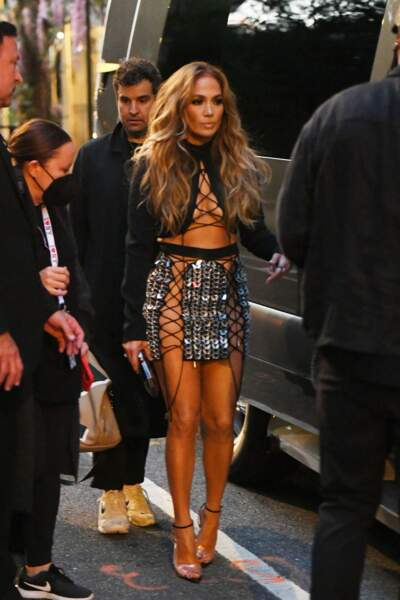 Jennifer Lopez dévoile un corps parfait dans une tenue à lacets signée David Koma.