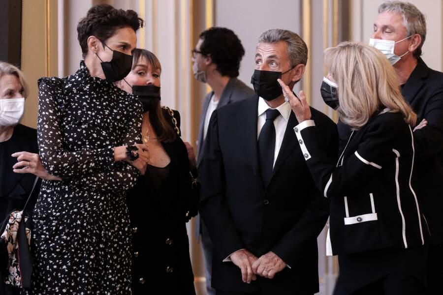 """Farida Khelfa, l'ancien président Nicolas Sarkozy et la première dame, Brigitte Macron discutent après l'inauguration de """"Pavoisé : travail in situ"""", de Daniel Buren"""