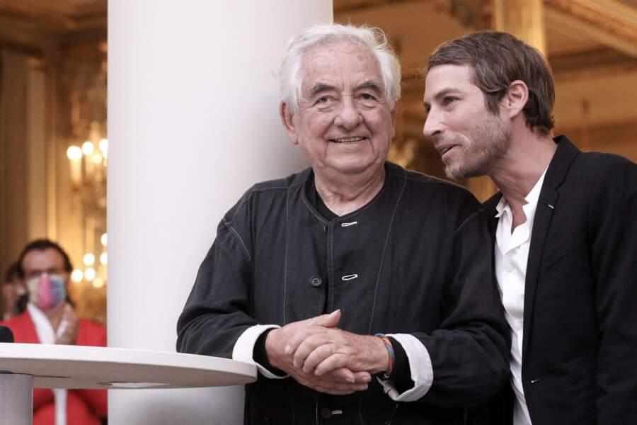 """Daniel Buren a tenu à remercier """"son ami"""" le designer Ora-ïto, pour ses encouragements et son influence, lors de l'inauguration de l'installation """"Pavoisé: travail in situ"""", à l'Élysée"""