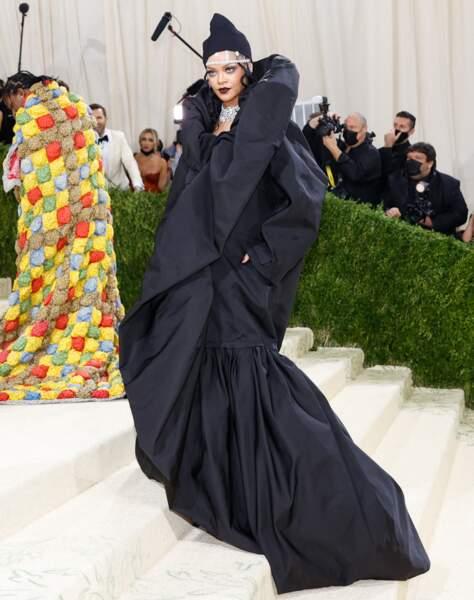 Rihanna au Met Gala 2021 à New York porte une tenue Balenciaga et des bijoux Bulgari, un sac Tyler Ellis et des bijoux Telma West jewelry.