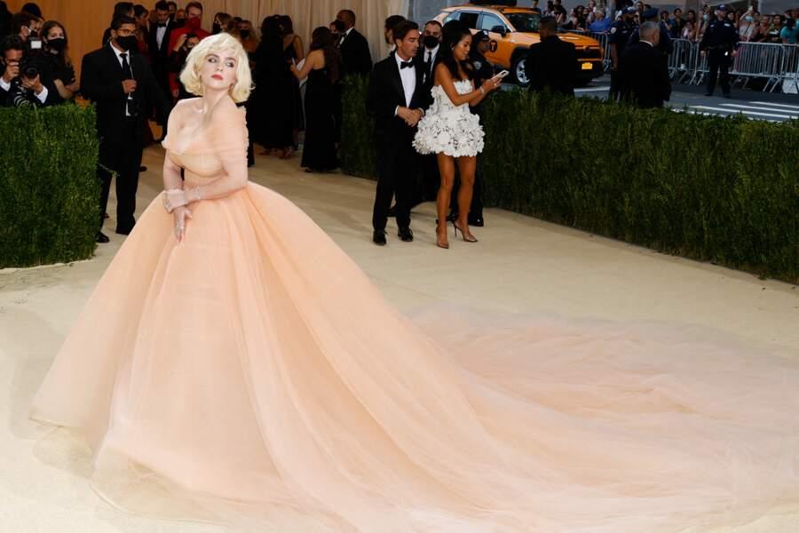 La chanteuse Billie Eilish arrive sur le red carpet du Met Gala 2021 à New York dans une robe resplendissante signée Oscar de la Renta.