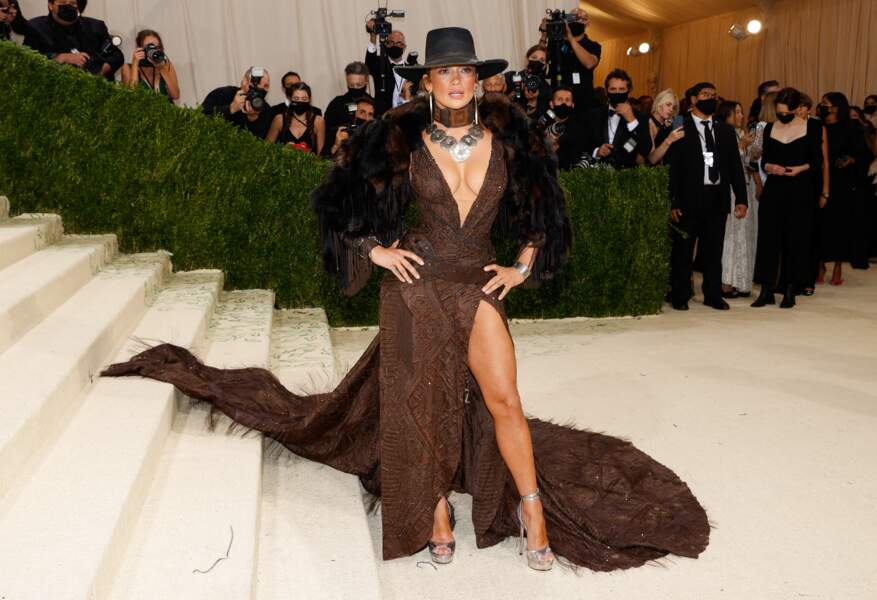 Jennifer Lopez au Met Gala 2021 dans une tenue Ralph Lauren.
