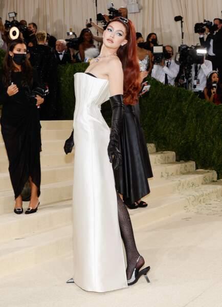 Le mannequin Gigi Hadid entre deux défilés de la Fashion Week printemps-été 2022, foule le red carpet du Met Gala en Prada.