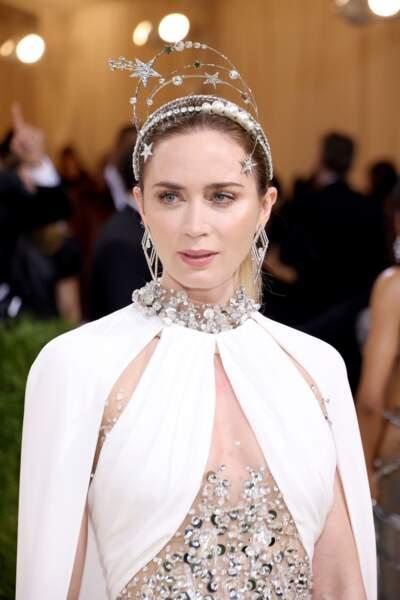 La célèbre actrice britannique Emily Blunt a brillé dans les bijoux Messika. Pour ce tapis rouge tant attendu, elle portait les boucles d'oreilles Trapézistes et la 2 doigts bague Danseurs Aériens de la collection Haute Joaillerie Voltige, mixées au bracelet Roaring Diamonds.