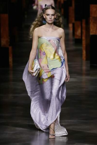Graphisme pastel, logos Fendi brodés argentés, sur une robe bustier lilas au défilé Fendi SS 2022