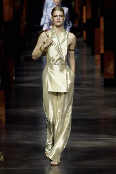 Tailleur avec veste sans manche et pantalon large fluide en tissus pailleté texturé issu de la collection Fendi printemps-été 2022