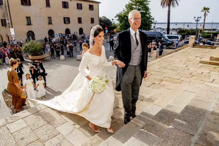 La mariée fait son entrée dans l'église.