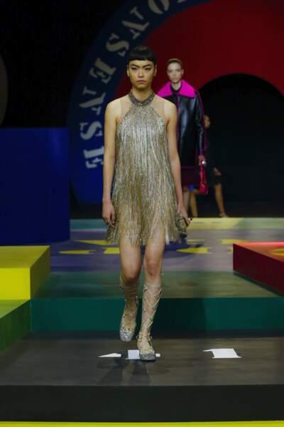 Robe à franges inspirée des années 20 composées de petites fleurs couleur ivoire, extraite de la collection SS 2022 de Dior