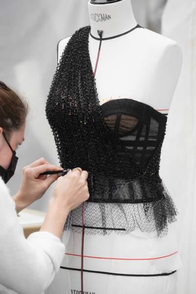 Le travail sur le bustier de Leïla Bekhti dans les ateliers Dior Haute Couture