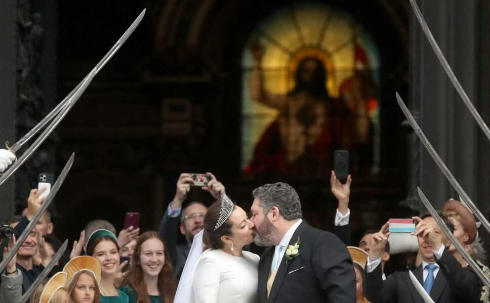 Acclamés à leur sortie de la cathédrale Saint-Isaac, le grand-duc George Mikhailovich de Russie et Rebecca Victoria Bettarini d'Italie ont gratifié la foule d'un tendre baiser romantique, le 1er octobre 2021.