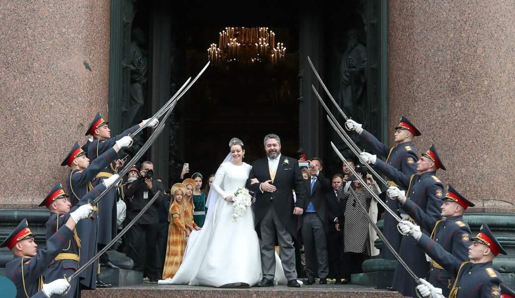 À leur sortie de la cathédrale, les jeunes mariés ont été acclamés par la foule, le 1er octobre 2021.
