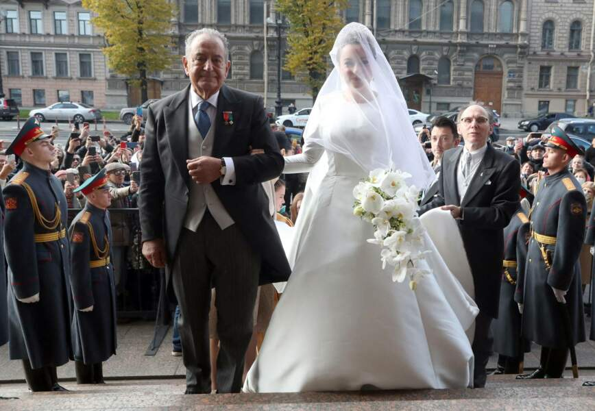Arrivées au bras de son père, Rebecca Victoria Bettarini levait enfin le voile sur sa robe de mariée tenue secrète, à la cathédrale Saint-Issac, le 1er octobre 2021.
