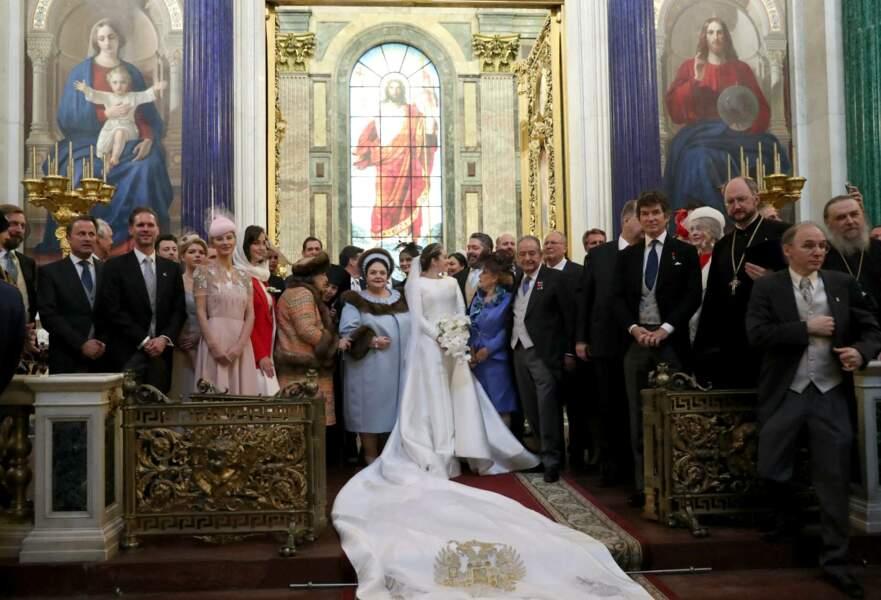 À la fin de la cérémonie religieux le grand-duc de Russie et son épouse Rebecca Victoria Bettarini d'Italie étaient entourés de leurs proches pour immortaliser ce moment en la cathédrale Saint-Isaac, le 1er octobre 2021.