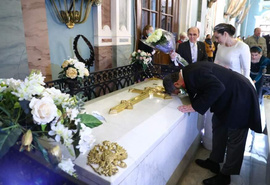 Tout au long de la cérémonie, les jeunes mariés ont souhaité honorer les traditions de l'ancienne famille impériale, dans la cathédrale St-Isaac à Saint-Petersbourg, le 1er octobre 2021.