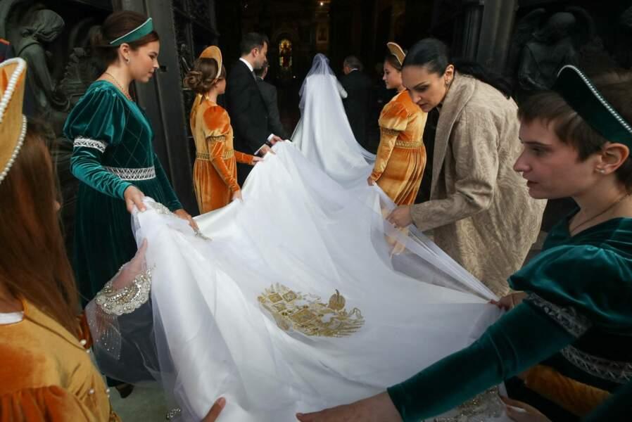 Digne d'une robe de princesse, la tenue de mariée de Rebecca Victoria Bettarini présentait une longue traîne de six mètres.