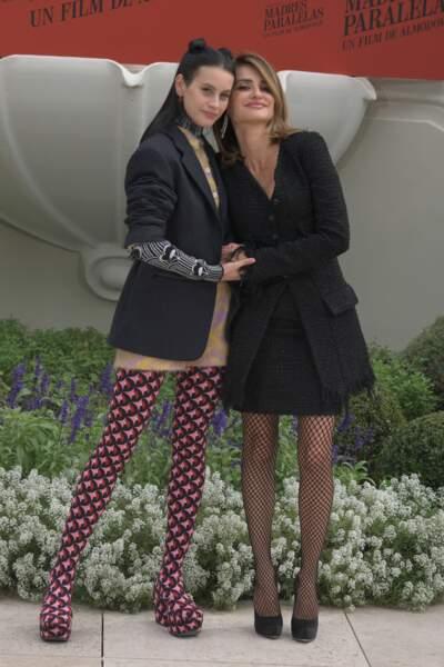 Milena Smit et Penelope Cruz posent ensemble en robe courte