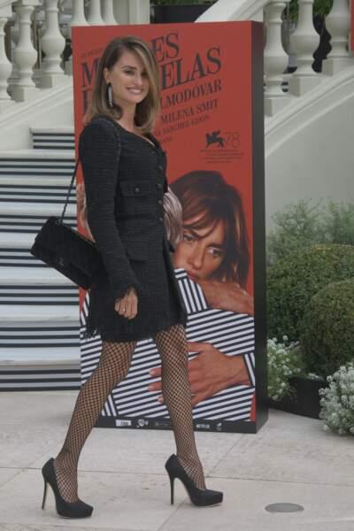 Penelope Cruz en robe courte et collants résille
