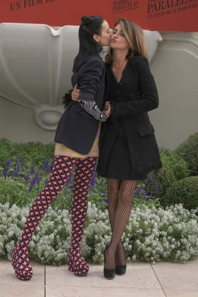 Milena Smit et Penelope Cruz assorties en robe courte et collants remarquables