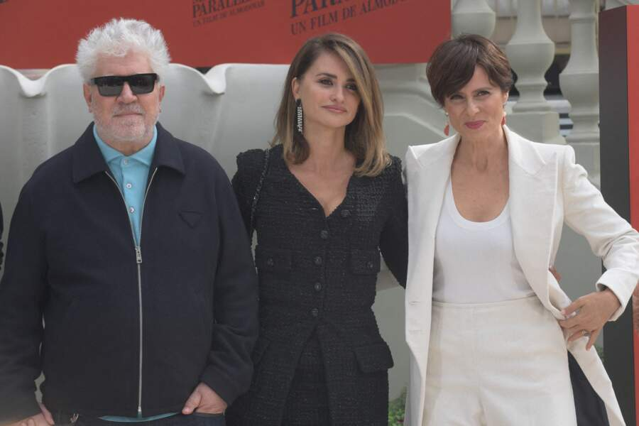 """Penelope Cruz avec Pedro Almodovar,  et Atiana Sanchez Gijon pour le film  """"Parallel mothers"""""""