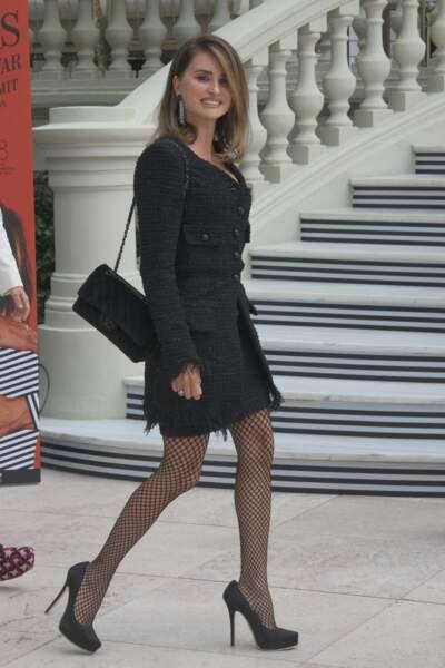 Penelope Cruz en total look Chanel et bas résille