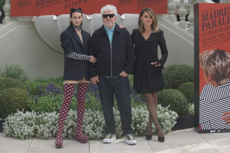 """Milena Smit, Pedro Almodóvar et Penélope Cruz pour le film """"Parallel mothers"""" à Madrid, le 4 octobre 2021."""