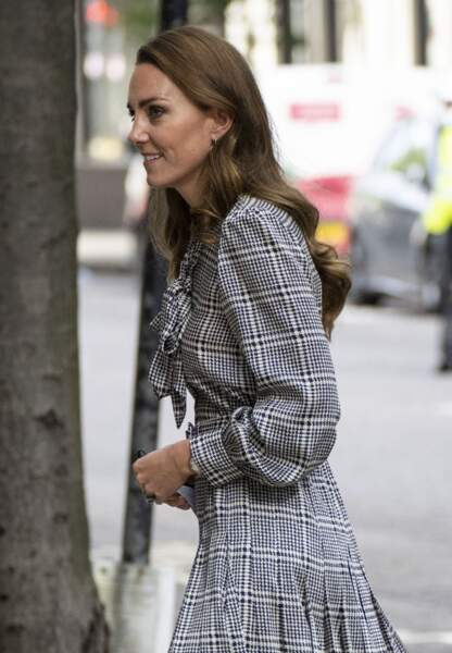 Kate Middleton élégante en robe longue à carreaux et cheveux longs lâchés