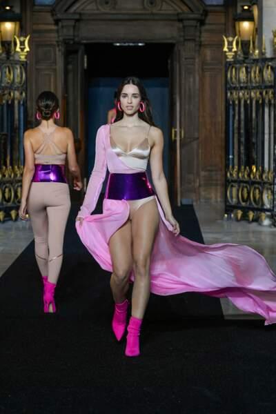 Body satin et robe cape en rose ceinturée par une guêpière métallisée au défilé Etam 2021