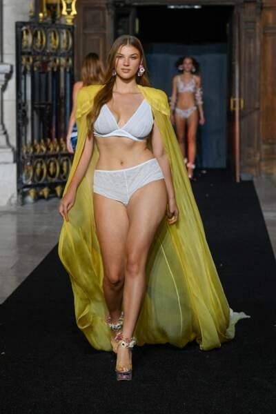 Ensemble blanc sous un pardessus jaune transparent au défilé Etam 2021