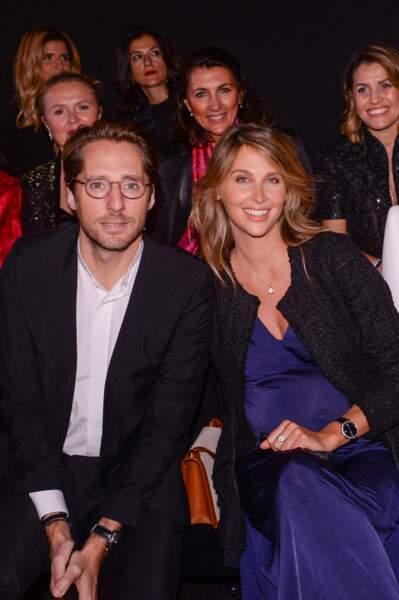 Mathieu Vergne et Ophélie Meunier enceinte en robe longue bleue et veste noire chez Messika