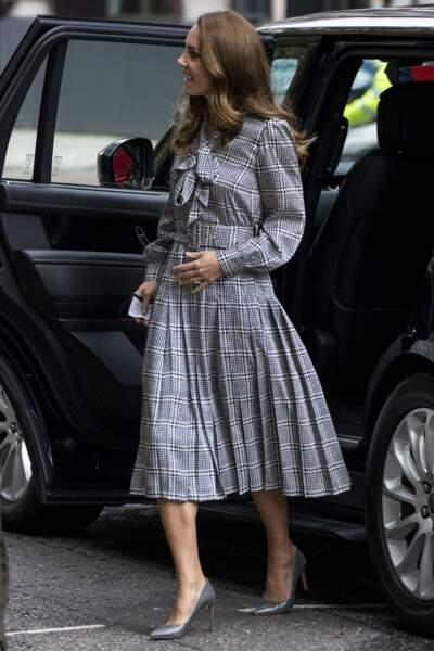 Kate Middleton en robe midi, l'un de ses essentiels mode