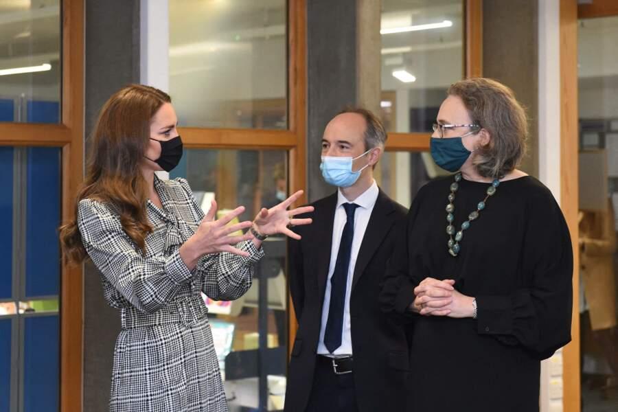 Kate Middleton : cheveux longs, masque et robe midi