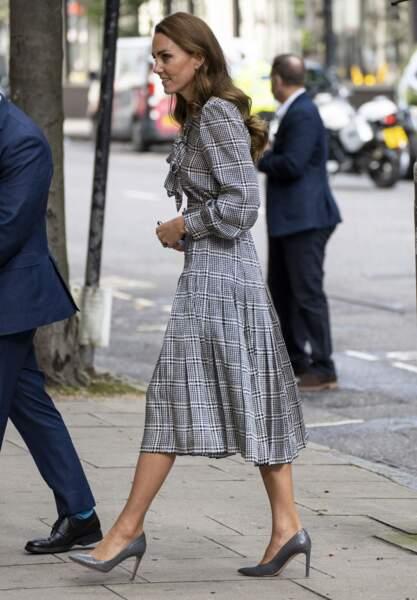 """Kate Middleton en robe longue à carreaux Zara arrive au """"University College"""" de Londres, le 5 octobre 2021."""