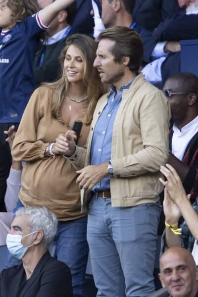 Ophélie Meunier, enceinte, et son mari Mathieu Vergne, au Parc des Princes à Paris le 11 septembre 2021