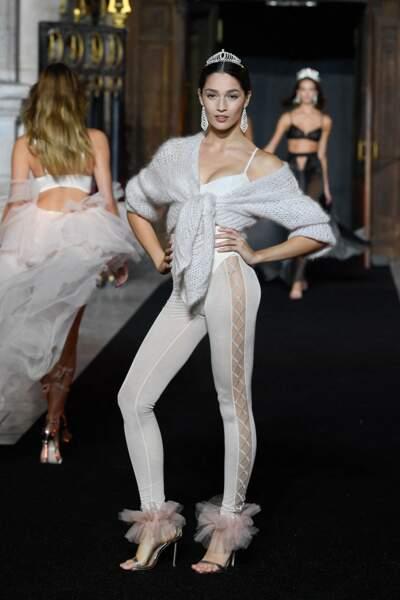 Cache-coeur en laine inspiré des tenues des danseurs professionnels, et sandales ornés de tulles façon tutu. Le ballet est l'un des thèmes du défilé Etam