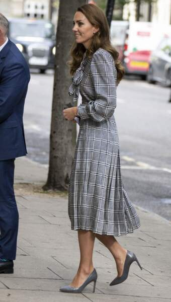 Kate Middleton dans un total look gris argenté le 5 octobre 2021
