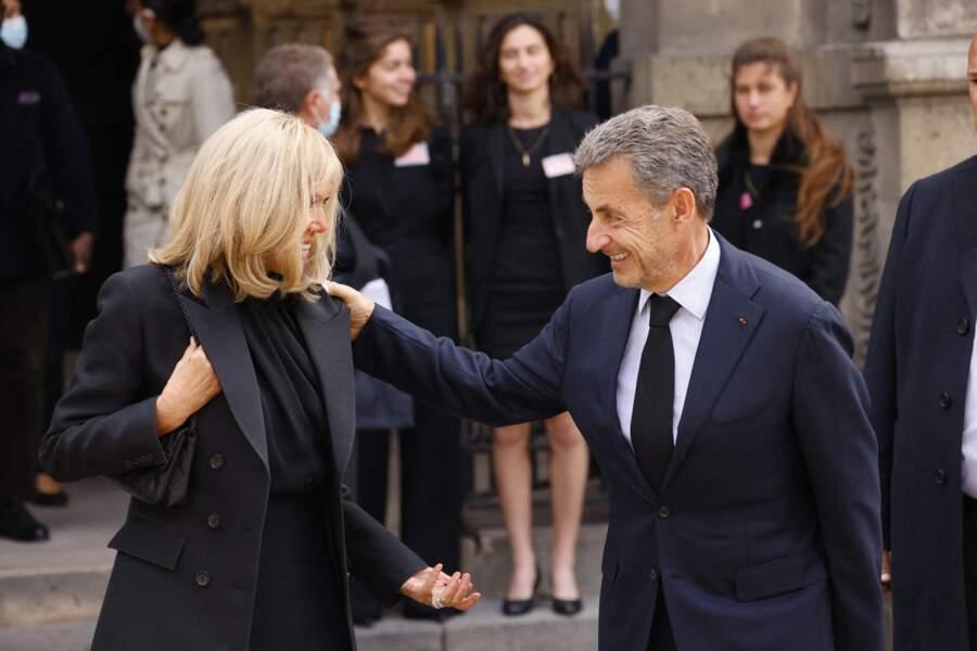 Brigitte Macron et Nicolas Sarkozy lors de la messe funéraire en hommage à Bernard Tapie en l'église Saint-Germain-des-Prés à Paris, le 6 octobre 2021
