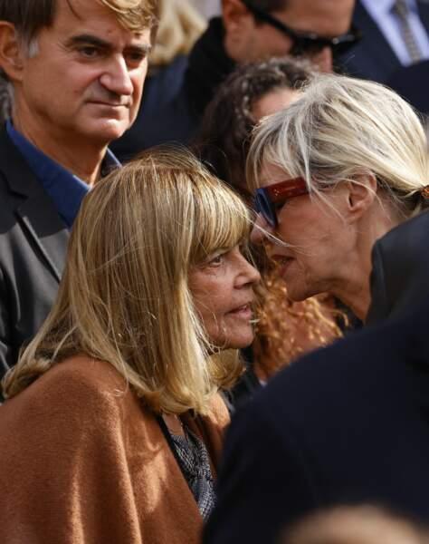 Chantal Goya et Chantal Ladesou lors de la messe funéraire en hommage à Bernard Tapie en l'église Saint-Germain-des-Prés à Paris, le 6 octobre 2021