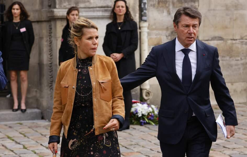 Christian Estrosi et sa femme Laura Tenoudji lors de la messe funéraire en hommage à Bernard Tapie en l'église Saint-Germain-des-Prés à Paris, le 6 octobre 2021