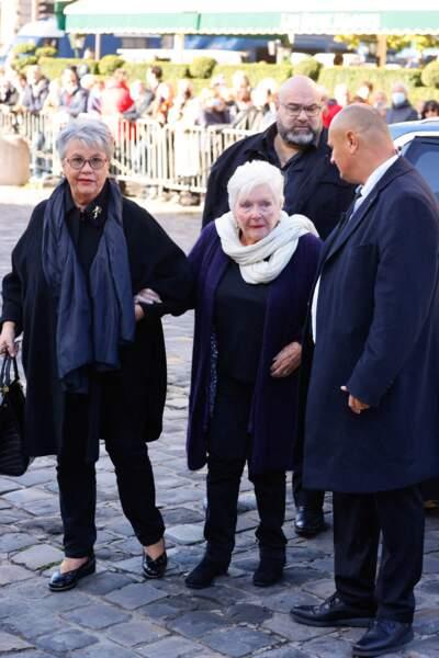 Line Renaud arrive à la messe funéraire en hommage à Bernard Tapie en l'église Saint-Germain-des-Prés à Paris, le 6 octobre 2021