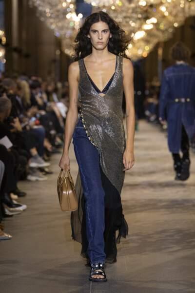 Robe résille argentée au défilé Louis Vuitton SS22