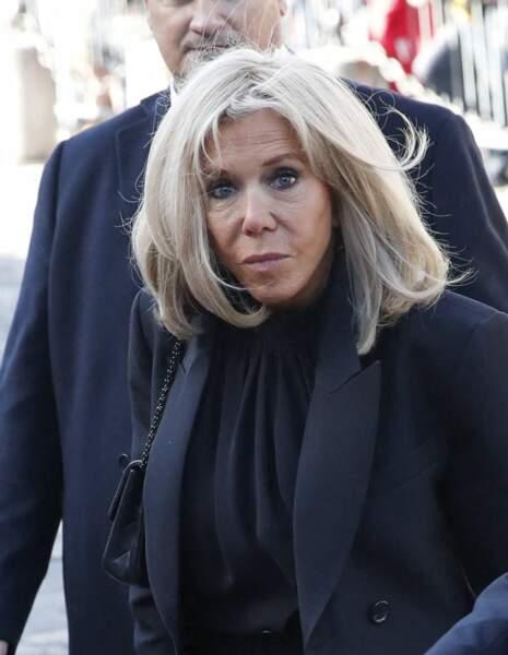 Brigitte Macron arrive à la messe funéraire en hommage à Bernard Tapie en l'église Saint-Germain-des-Prés à Paris, le 6 octobre 2021