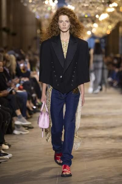 Chez Vuitton des vestes de costumes raccourcies et aux larges épaules