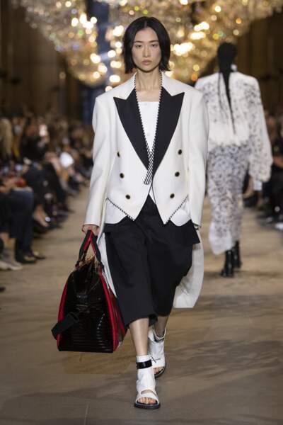 Veste large en noir et blanc à col en pique dans la collection Vuitton printemps-été 2022