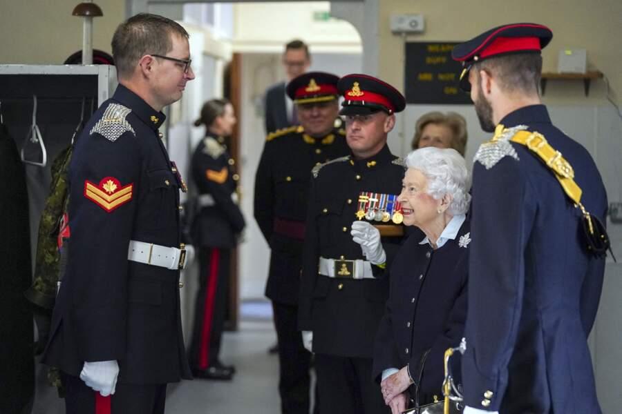 Ce mercredi 6 octobre, Elizabeth II était très souriante devant les militaires canadiens.