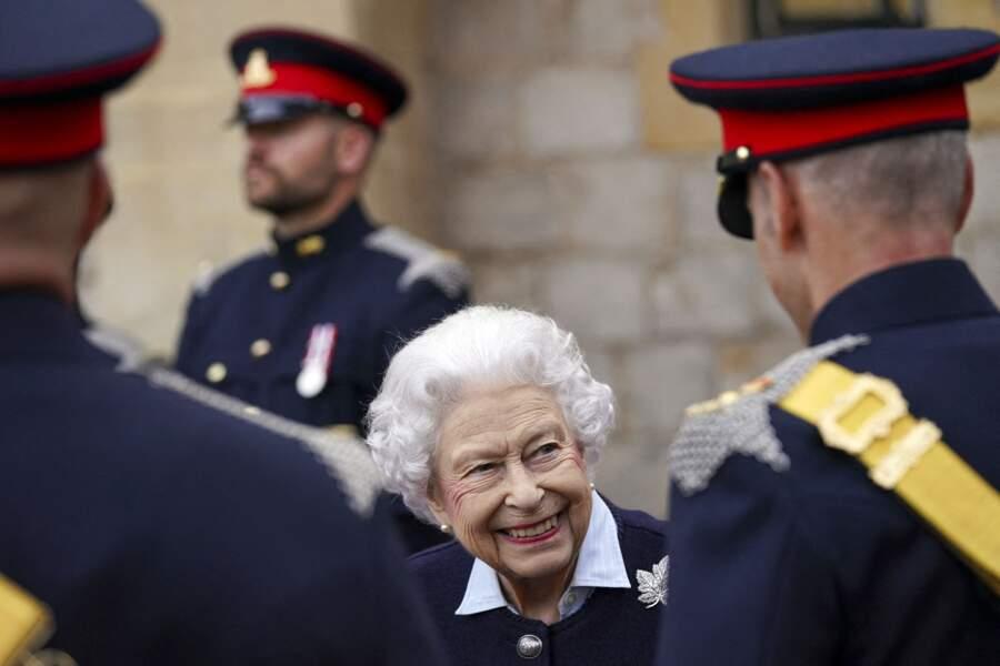 Elizabeth II a salué les officiers du Royal Regiment of Canadian Artillery à l'occasion du 150e anniversaire du régiment.