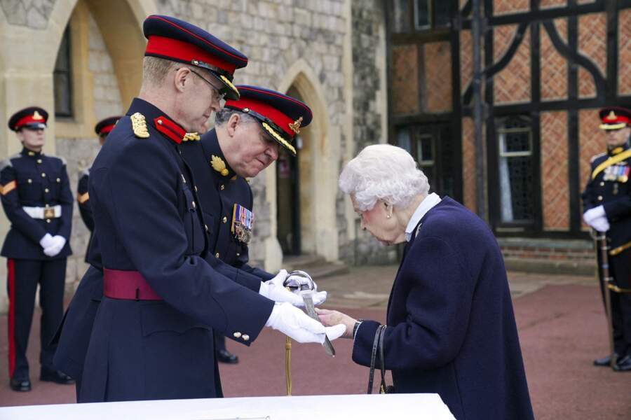 A Windsor, Elizabeth II était ravie de remettre une récompense aux officiers du Royal Regiment of Canadian Artillery.