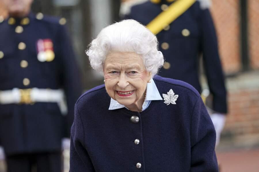 Ce mercredi 6 octobre, Elizabeth II revêtait la broche en feuille d'érable de sa mère à l'occasion de son retour à Windsor.