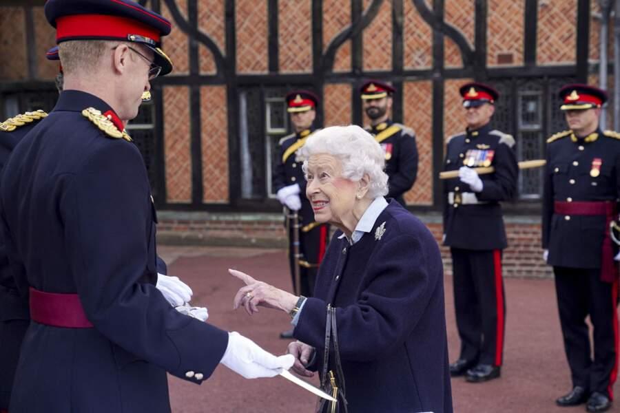 De retour à Windsor après ses vacances à Balmoral, Elizabeth II a plaisanté avec des officiers canadiens ce mercredi 6 octobre.